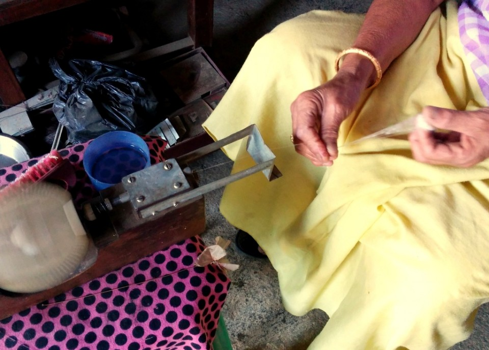 Raw silk extraction onto a reel